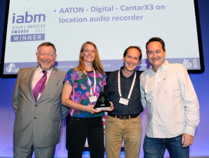 Z lewej strony, Peter White, prezes IABM; Karine Fouque, Dyrektor Sprzedaży Aaton Digital, Pierre Michoud i Pascal Grillere, Inżynierowie Techniczni Aaton
