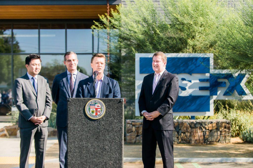 FuseFX နိုင်ငံတော်သမ္မတဦးသိန်းစိန်သည်ဒါဝိဒ် Altenau (စကားပြော), Los Angeles မြို့မြို့တော်ဝန်အဲရစ် Garcetti, (နောက်ကျောအတန်းစင်တာ)