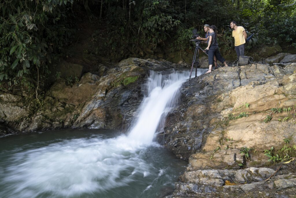 חוקר נשיונל ג'אוגרפיק ומשתמש בחצובה של קרטוני, פדריקו פרדו, מצלם תמונות של המינים הנמצאים בסכנת הכחדה ביותר